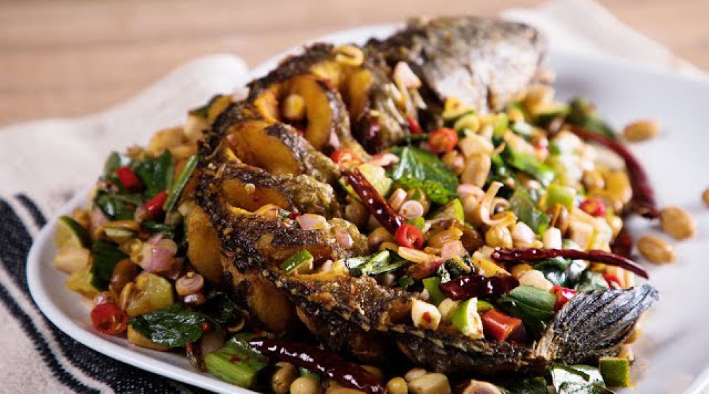 ปลาช่อนลุยสวน Fried Snakehead Fish in Spicy Herb Salad